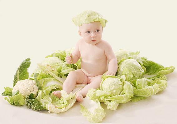 В 8 месяцев ребенок начинает испытывать тоску, когда мама исчезает из его поля зрения.