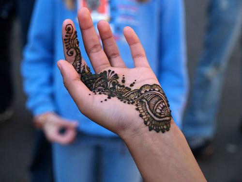 Менди это роспись по телу хной.  В отличие от тату является временным...