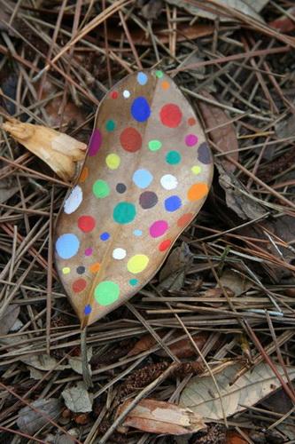 Рисунки на листьях и камнях фото 14