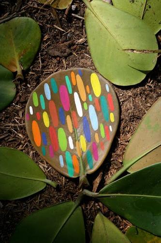 Рисунки на листьях и камнях фото 16