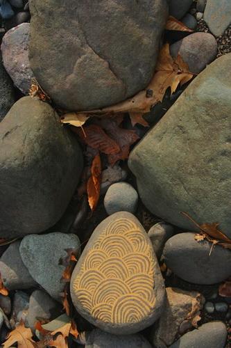 Рисунки на листьях и камнях фото 21