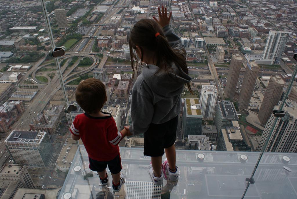 Знаменитый стеклянный балкон в Чикаго до смерти напугал тури.